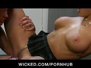 Diversión de las lesbianas de la universidad del engaño del tit grande con los juguetes y lame el gatito