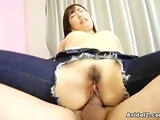 Adolescente japonés con el agujero en sus vaqueros se hace