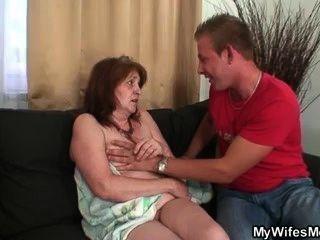 Golpea a su suegra después de la ducha