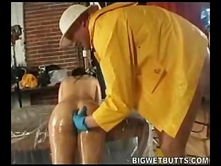 Daphne rosen se divierte con el aceite