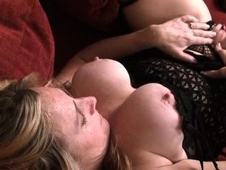 Bigtit ama de casa golpea su coño mojado