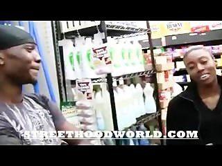 Aficionado hace primer video después de beig recogido en el supermercado