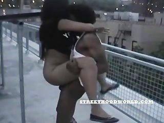 Los adolescentes aficionados follan en el techo del edificio