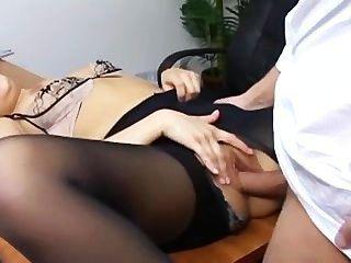 Secretaria traviesa en pantimedias rasgadas follando en su escritorio de jefes
