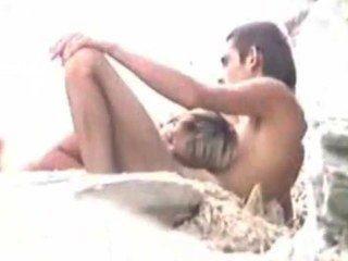 Sexo en la playa mientras el marido mira