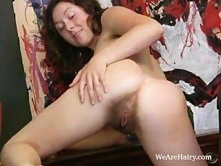 Peluda chica luca tiras y se masturba sobre un escritorio