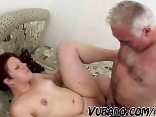 ¡El viejo folla a la muchacha gorda !!