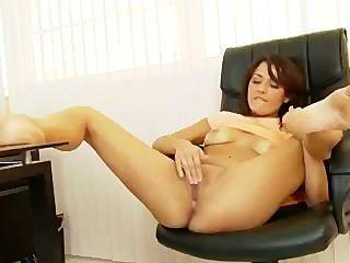 Latina bronceada se masturba en una oficina