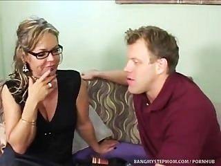 Mamá pasiva caliente empuja los límites de la relación con el hijo de paso