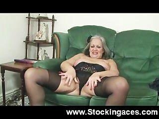 Mujer madura folla su coño en el sofá
