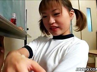 Itsuki wakana le da un buen trabajo con la mano