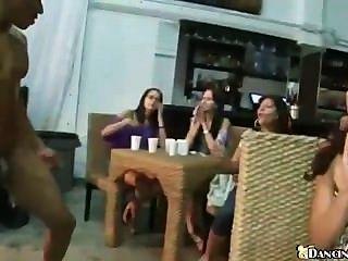 Centenares de muchachas del club chupan el gallo del separador