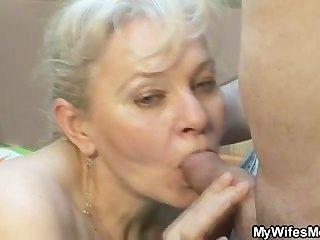 Ella chupa y folla a su yerno