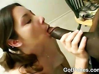 Chica caliente con un coño peludo ansia de una polla
