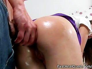Estupenda niña adolescente disfruta de su primera puta anal