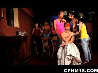 Las chicas en la fiesta de gallina checa salir de control con un strippers cfnm