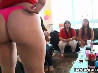Docenas de chicas calientes chupar dick en fiesta
