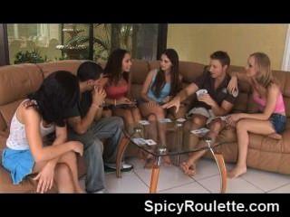 Un grupo de aficionados que juegan al póker de la tira y que se follan