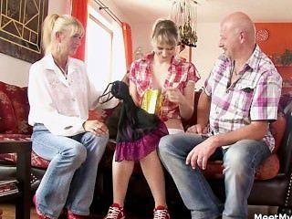 Su vieja mamá y papá la envuelven en sexo sucio