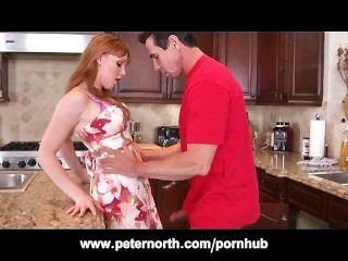 Pequeña pelirroja adolescente follada en la cocina por peter north