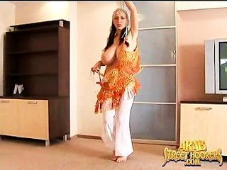 Big boob arabian vientre bailarín en un totalmente desnudo medio oriente mujra danza
