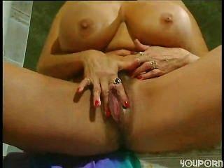 Rubia con clítoris enorme