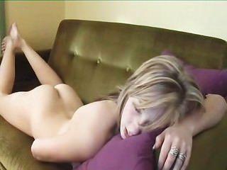 Chica sexy humping y digitación al orgasmo por twistedworlds