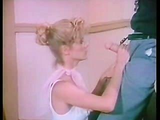 Chica retro follada por el entrenador de gimnasio