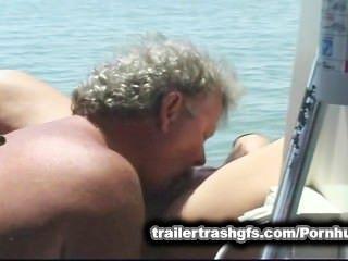 Trailer trash orgy en un barco de amigos en público!