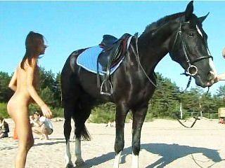 Adolescente desnudo montando un caballo en la playa da vuelta a cabezas