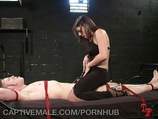 Kinky hombre cautivo es azotado por su dom