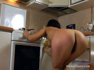 Dana juega con su coño peludo en el mostrador