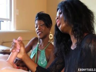 Dos naughty black girls jerk un pene blanco