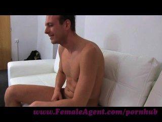 Agente femenino.Milf seduce a los titulares