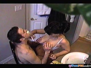 Colette folla a su hombre mientras se afeita la barba