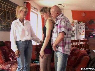 Acabo de encontrar mi gf en trío con mis padres