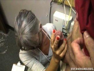 Abuelita sacudiendo a un anciano