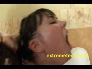 Adolescente ruso tiene su coño vacío bombeado mientras se anal
