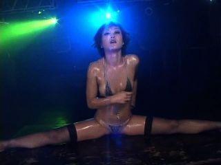 Nana kitami caliente bikini aceite bailando