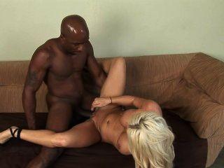 Rubia mujer blanca con el hombre negro