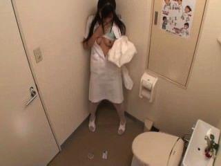 Enfermera se masturba en el baño (mrbob7777)