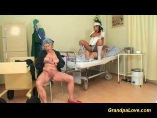 Grandpapa es jodido por la enfermera caliente