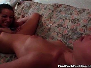 Dos adolescentes amateur finos van consolador doble y cada uno tiene orgasmos