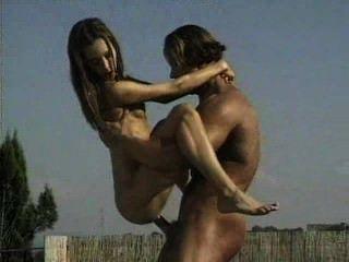 Músculo hunk golpeando a la chica por la piscina