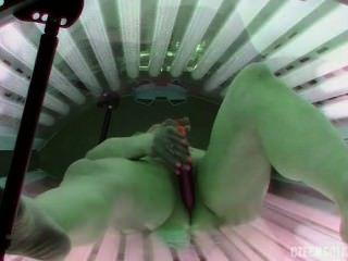 Chick jugando en el solarium