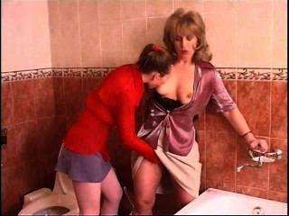 Ruso adolescente lesbianas seduce a una mujer madura en el baño