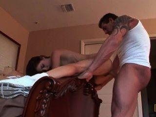 Padre ayuda paso hija yoga
