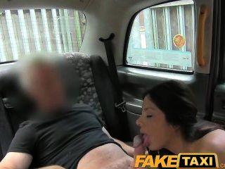 El americano atractivo del faketaxi se cae para el truco viejo del taxi