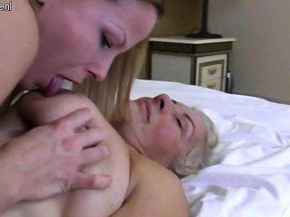 Abuelas calientes follando con la colección de lesbianas jóvenes 1