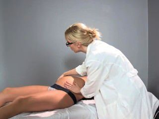 Sadie holmes médico embarazada ayuda a su paciente a alcanzar el orgasmo